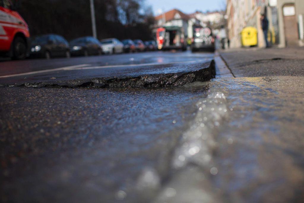 Ein Wasserrohrbruch in der Türlenstraße hat am Mittwochmorgen auch die Heilbronner Straße unter Wasser gesetzt. Foto: www.7aktuell.de | Florian Gerlach