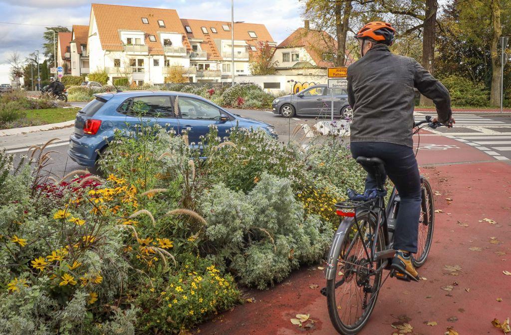 Gefährlich – oder nicht? Am Kreisel in der Aldinger Straße sind sich Rad- und Autofahrer in jedem Fall ganz nah. Foto: factum/Simon Granville