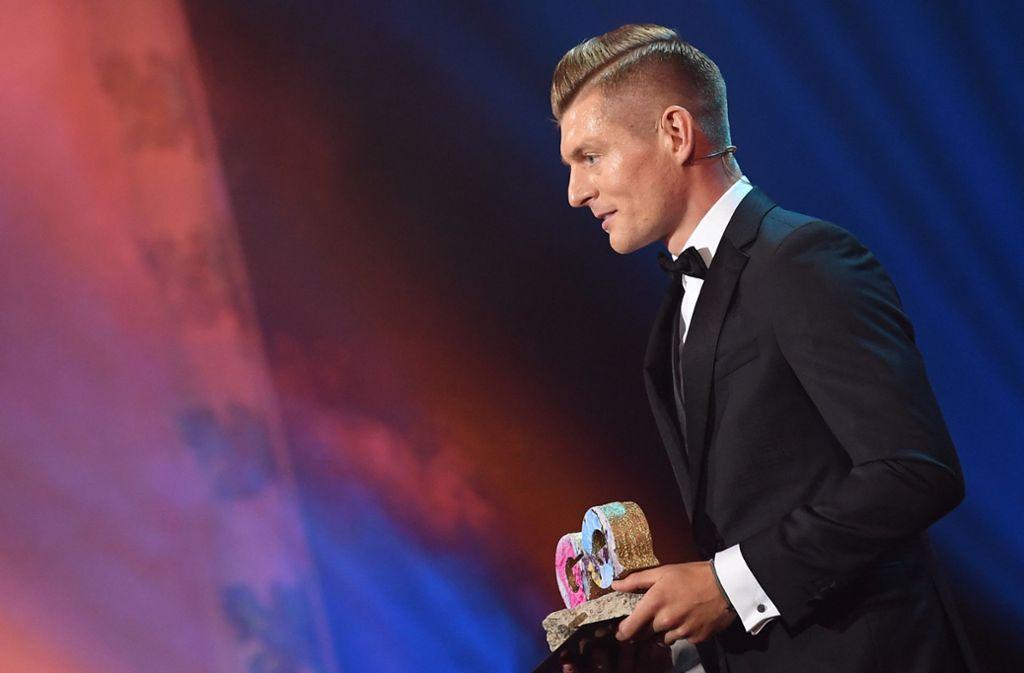 Toni Kroos sprach sich in seiner Dankesrede für mehr Akzeptanz gegenüber Geflüchteten aus. Foto: dpa/Britta Pedersen