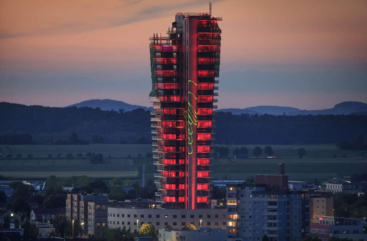 """Im Juni wurde der Tower für die """"Night of Light"""" angestrahlt. Seitdem hat sich nicht mehr allzu viel getan. Foto: Gottfried Stoppel"""