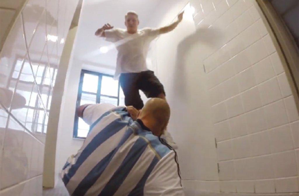 Weltmeister Bastian Schweinsteiger muss sich auf seinem Weg nach unten sogar einem argentinischen Abwehrspieler stellen. Foto: www.facebook.com/BastianSchweinsteiger