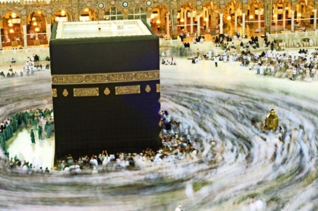 Pilger umkreisen die Kaaba in Mekka. Rund um den Höhepunkt der Hadsch hat sich ein enormes Geschäft entwickelt. Foto: Mauritius