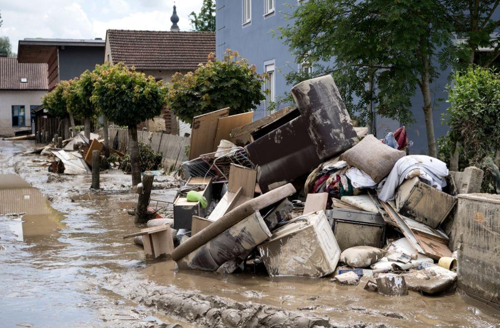 Schlamm und Müll liegen in der Innenstadt von Simbach. Foto: dpa