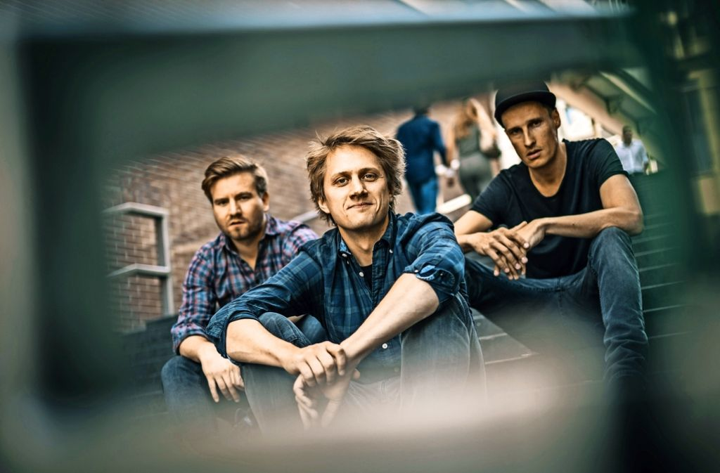 Die Band Schmutzki: der Schlagzeuger Flo Hagmüller, der Sänger und Gitarrist Beat Schmutzki sowie der Bassist Dany Horowitz (v.l.) Foto: Lichtgut/Max Kovalenko