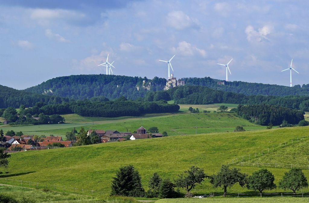 Die Windräder hinter dem Schloss Lichtenstein – im Bild eine Visualisierung der Windkraftgegner – sind vor allem aus Gründen des Denkmalschutzes nicht genehmigt worden. Foto: Gegenwind Engstingen