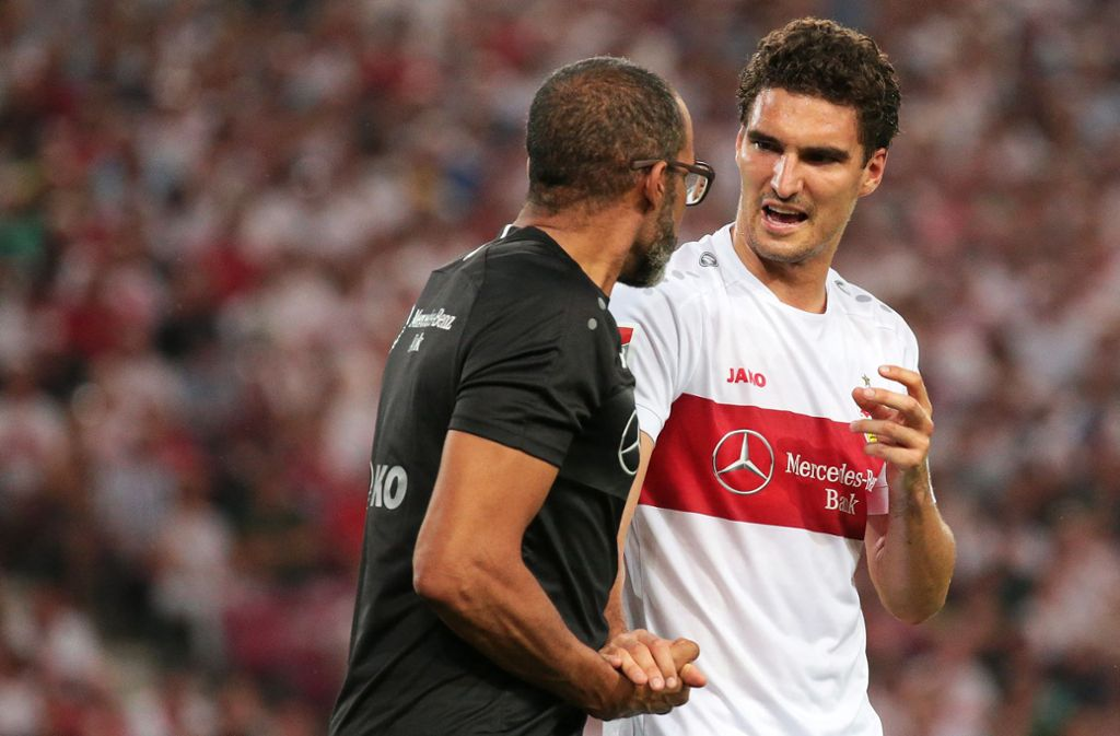 Kniepatient: Marcin Kaminski (rechts, mit VfB-Teamarzt Raymond Best) Foto: Baumann