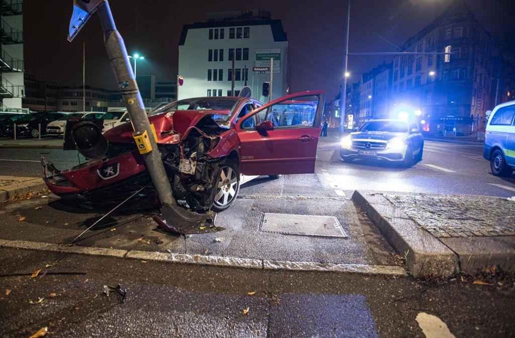 Das Auto prallte schließlich gegen einen Ampelmast. Foto: 7aktuell.de/Simon Adomat