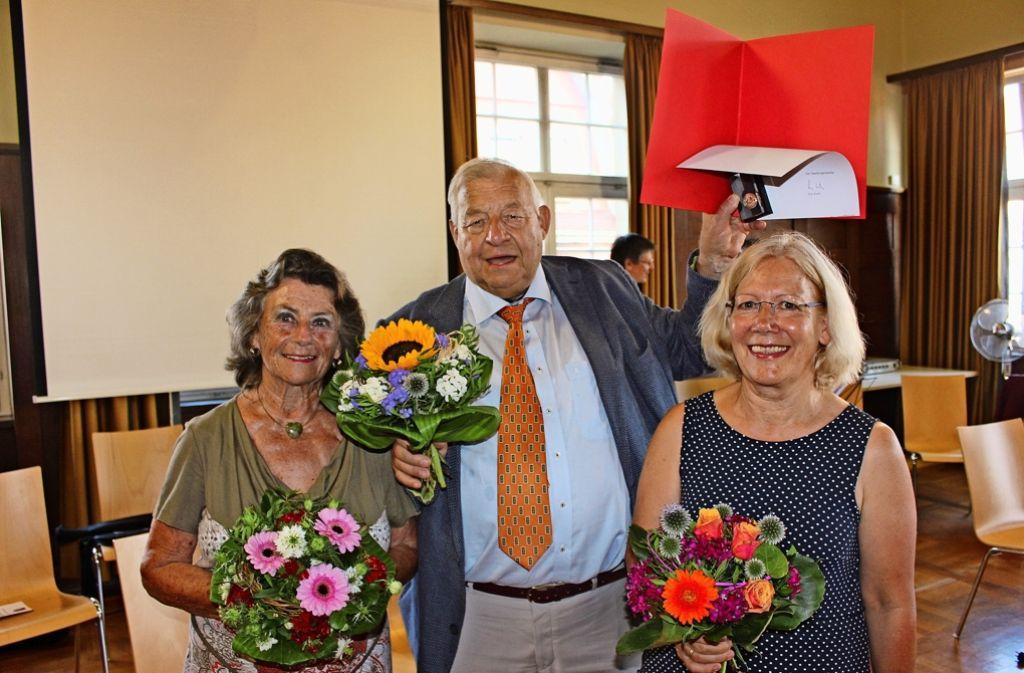 Doris Staib, Günther Schubert und Theresia Härer (von links) sind am Montagabend ausgezeichnet worden. Foto: Torsten Ströbele