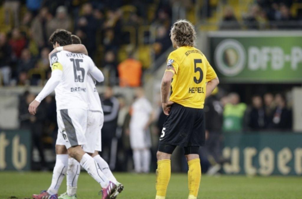 Die Weißen, das sind in dem Fall die Dortmunder. Gastgeber Dresden (in Gelb) musste sich am Dienstagabend im DFB-Pokal-Achtelfinale geschlagen geben. Foto: AP
