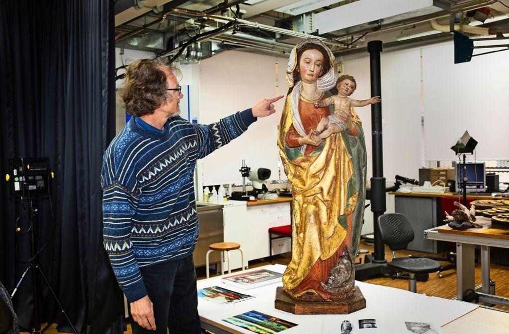 Der Restaurator Jochen Ansel mit einer kostbaren Madonna. Foto: Ines Rudel