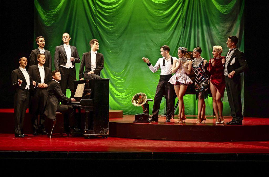 Zwanziger Jahre da wie dort: Die Comedian Harmonists (links)  auf der Bühne des  Alten Schauspielhauses mit Gästen  vom Friedrichsbau Varieté. Foto: Lichtgut/Julian Rettig