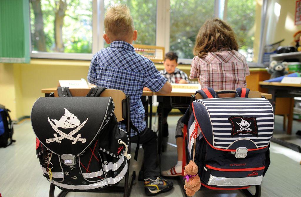 Eine Untersuchung zeigt, dass manche Kinder beim Verlassen der Grundschule nicht richtig lesen können. Foto: dpa