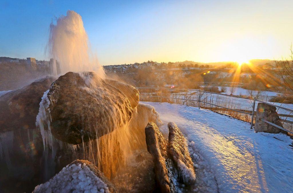Eine Szenerie mitten im Leonberger Zentrum: Der winterliche Sprudler im Stadtpark. Foto: factum/Granville