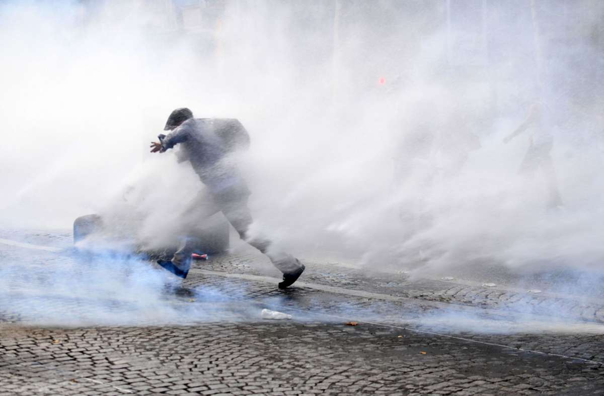 Ausschreitungen auf den Champs-Élysées in Paris. In Frankreich gehen rund 160000 Menschen gegen die neuen Corona-Verordnungen auf die Straße. Foto: AFP/ALAIN JOCARD