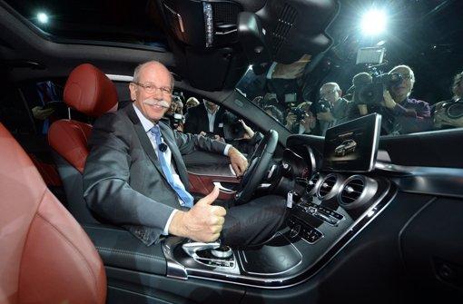 Daimler-Chef Zetsche zeigt stolz die neue C-Klasse