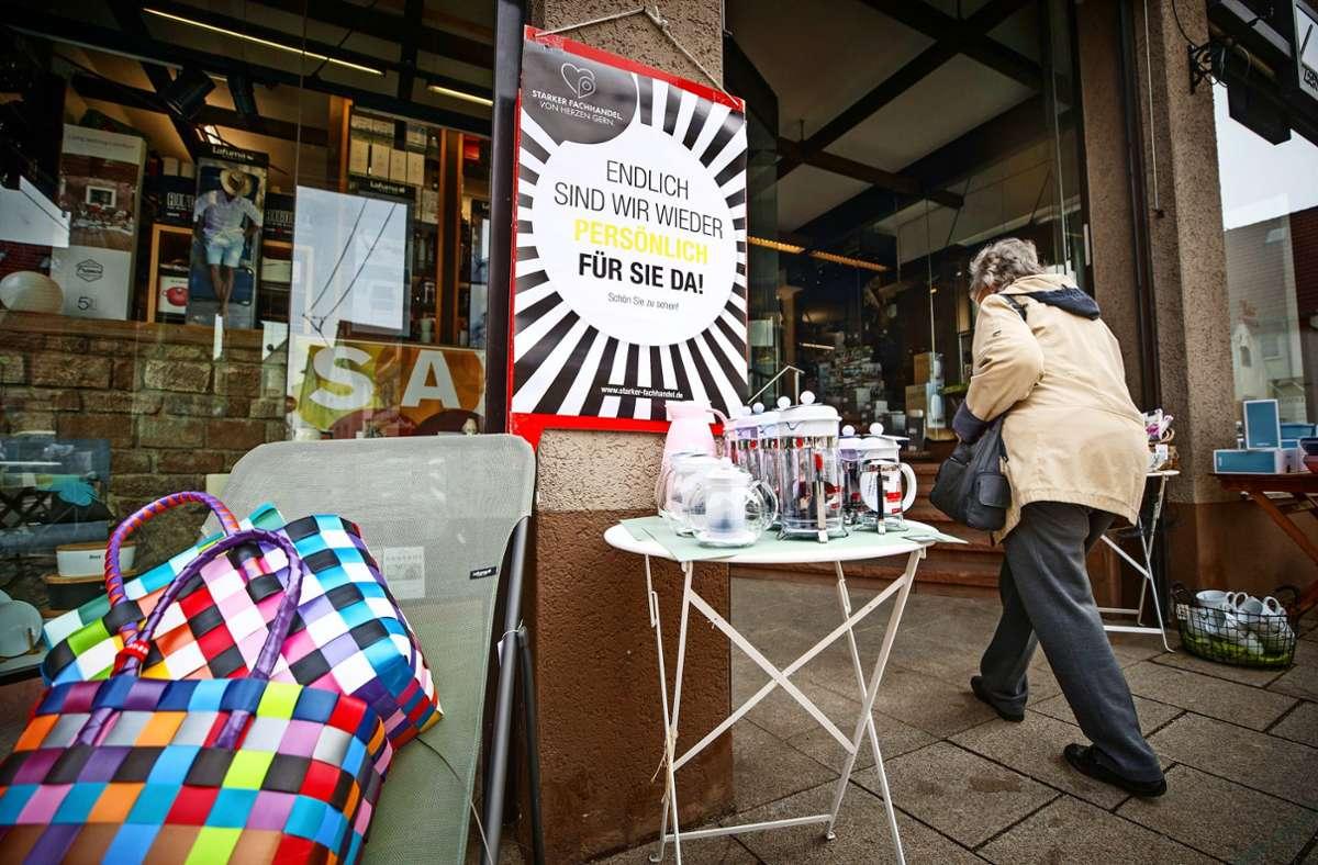 """""""Endlich sind wir wieder persönlich für Sie da"""" – die Kunden werden in Fellbacher Läden  nach dem Lockdown begrüßt. Foto: Gottfried Stoppel"""