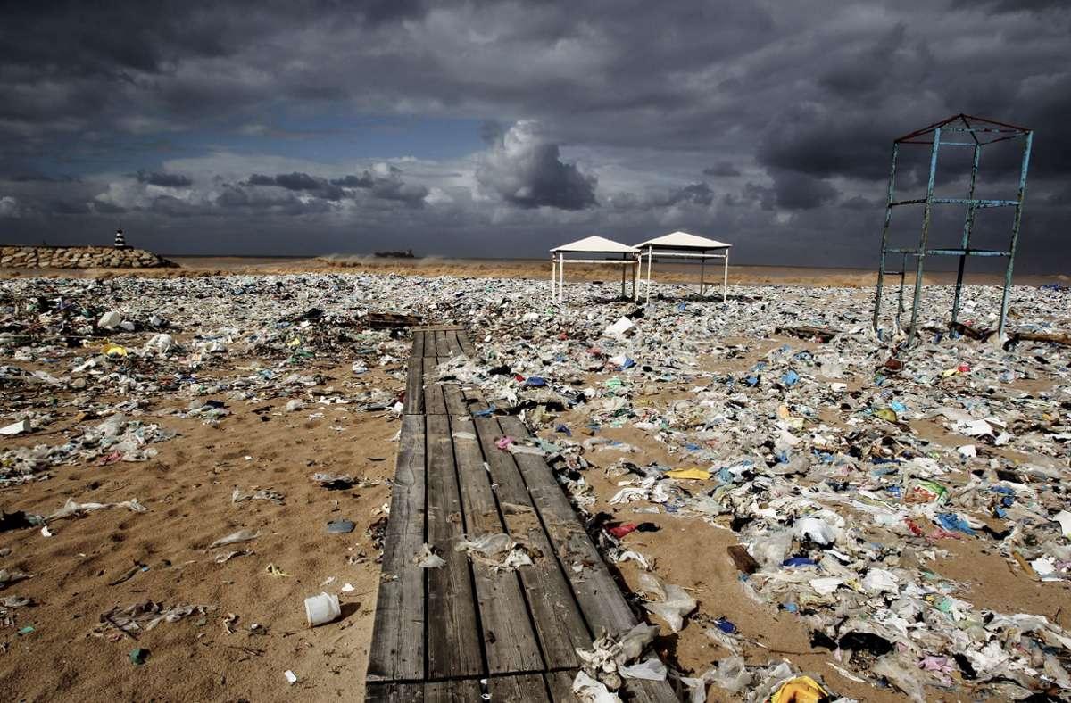 Plastikmüll liegt an einem Strand des Distrikts Keserwan nördlich der libanesischen Hauptstadt Beirut. Der Müll wurde durch starke Winde hier angeschwemmt. Foto: Marwan Naamani/dpa