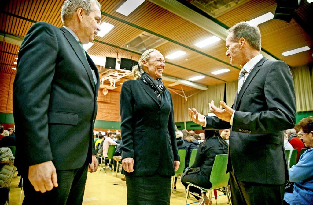 Edgar Schwarz, Fridhild Miller und Gerhard Häuser  (von links) vor der Kandidatenvorstellung in der Gemeindehalle. Foto: Gottfried Stoppel