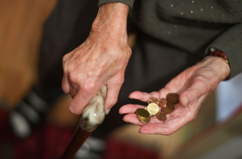 Vielen Rentnerinnen bleibt im Alter wenig Geld Foto: dpa