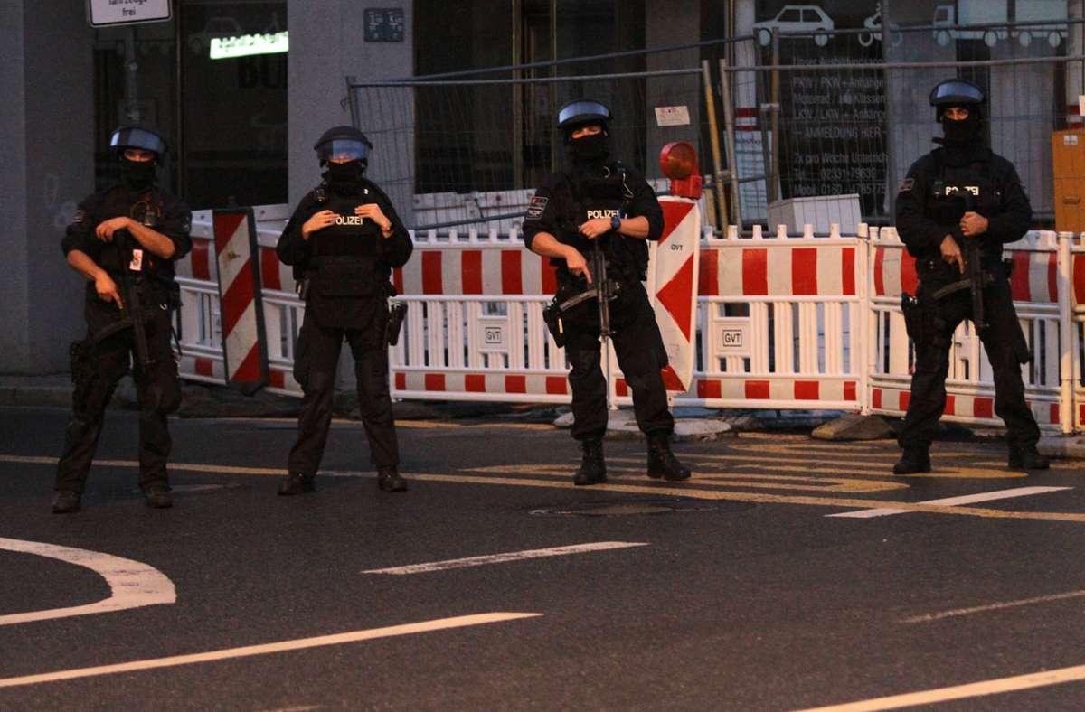 Zahlreiche Polizisten beschützten die Synagoge in Hagen am Mittwochabend. Foto: dpa/Kai-Uwe Hagemann