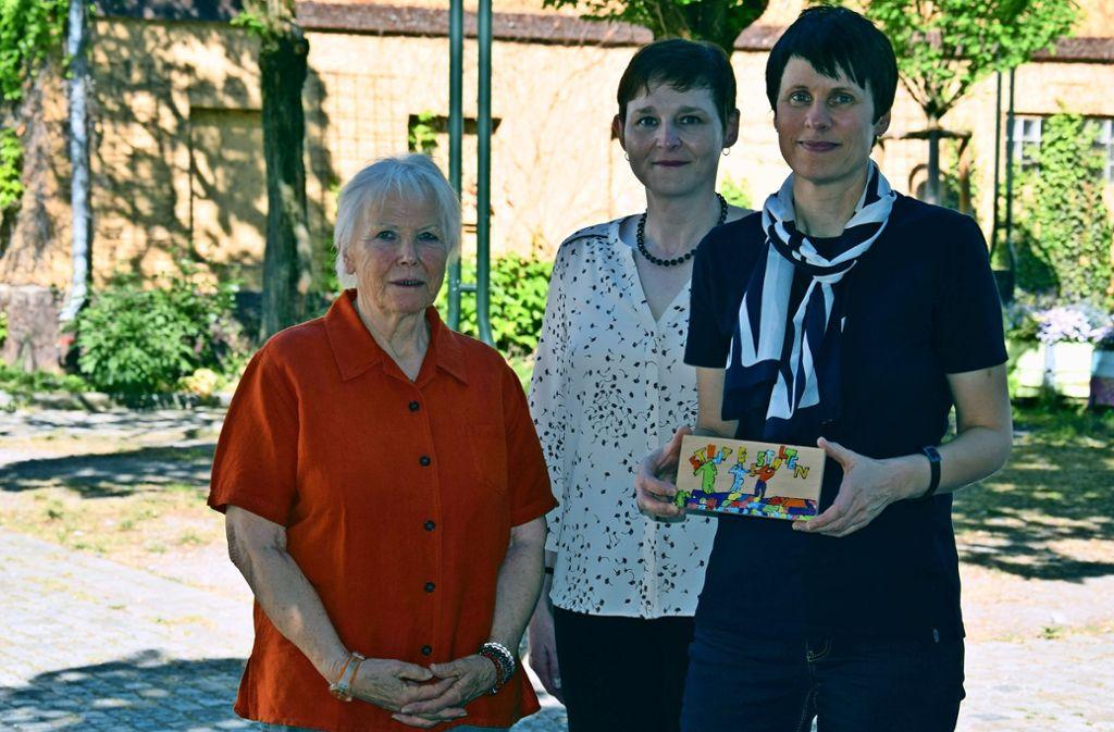 """Das Kunstprojekt """"Stadt gestalten"""" war eines der erfolgreichen Aktionen des Generationenhauses Möhringen. Ingrid Schulte, Evelyn Weis und Brigitte Reiser (von links) erhoffen sich nun von den Semesterarbeiten der HdM-Studenten neue Impulse. Foto: Alexandra Kratz"""