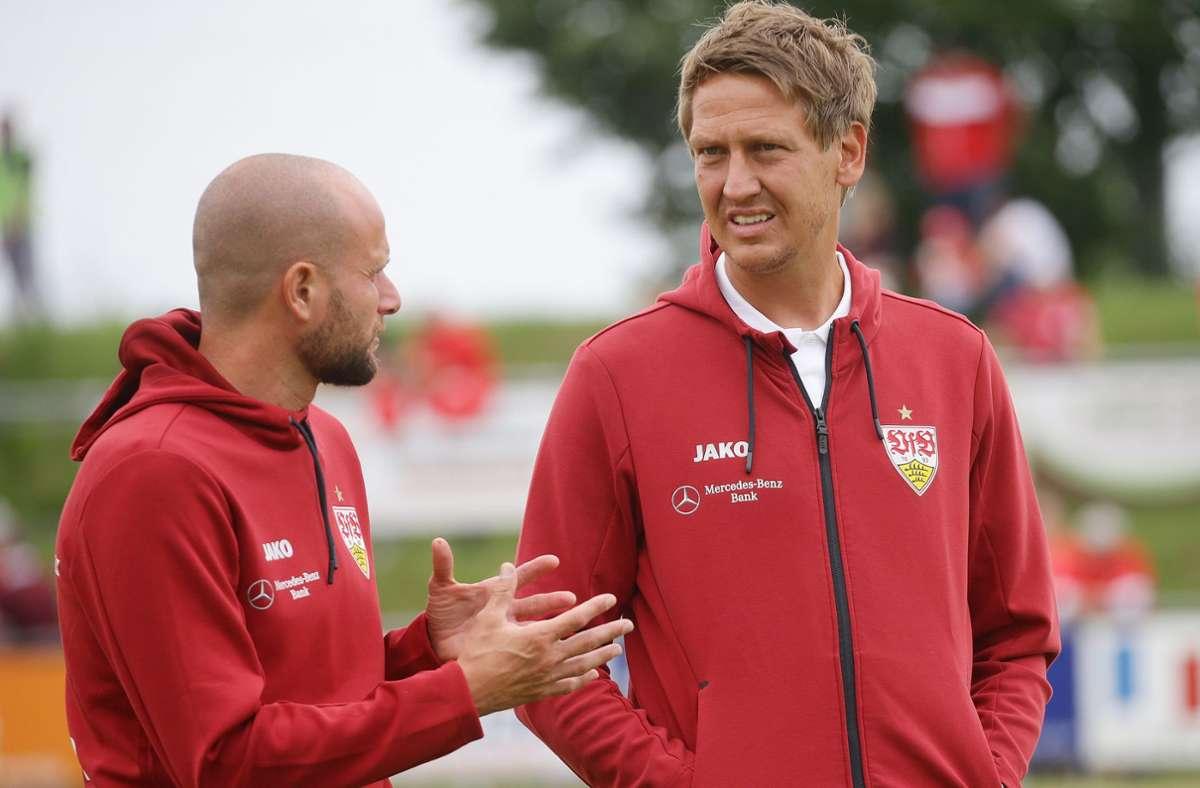 VfB-II-Cheftrainer Frank Fahrenhorst im Austausch mit Technikcoach Nate Weiss. Foto: Baumann/Hansjürgen Britsch