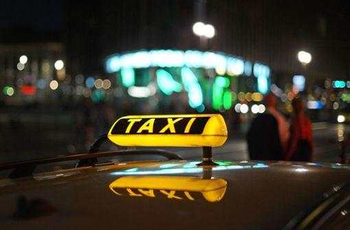 Taxifahrer mit Messer bedroht – milde Strafe für Angeklagten