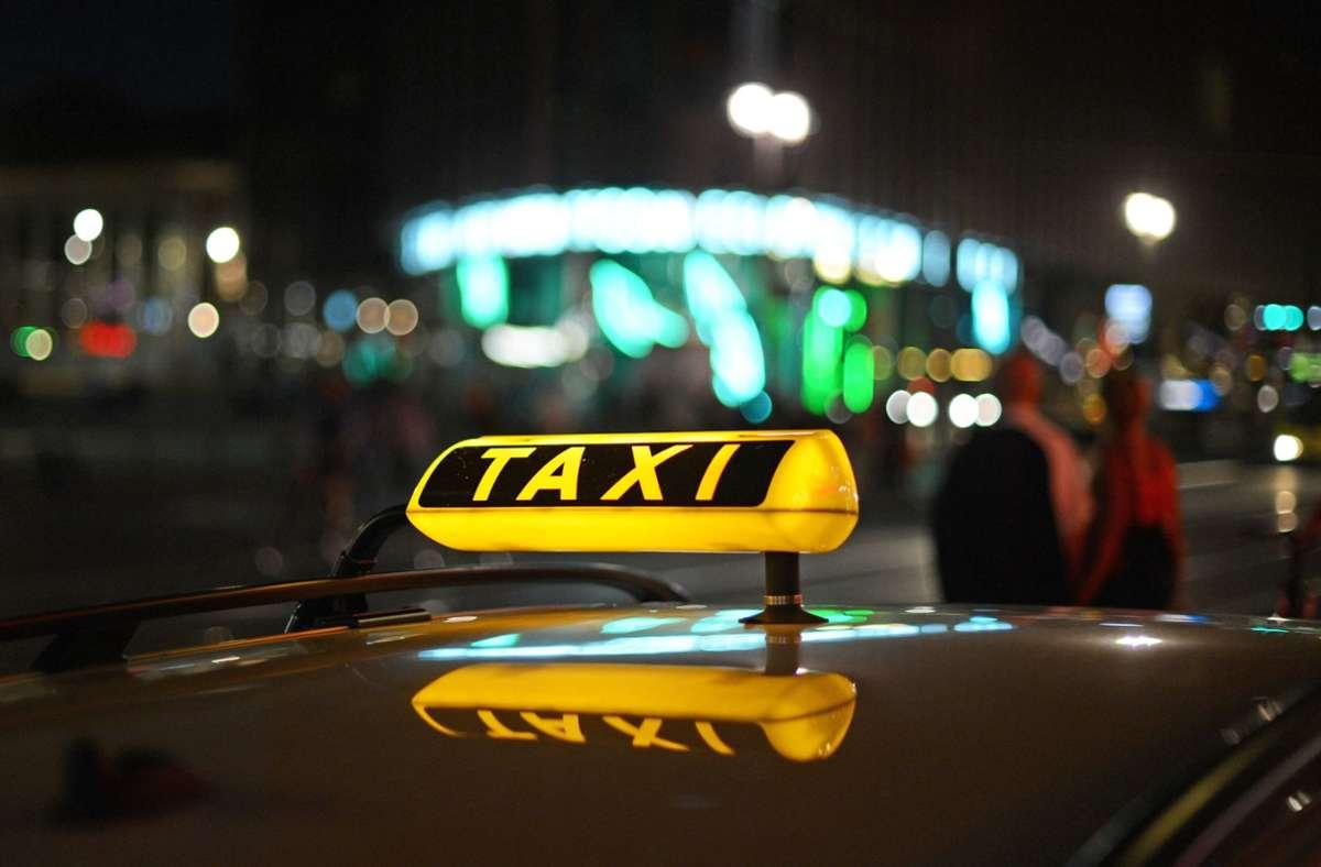 Der Angeklagte hat gestanden, einen Taxifahrer mit einem Messer bedroht zu haben. Foto: dpa/Jens Kalaene