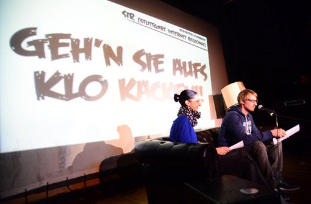 Daniela Eichert und Achim Helbig von SIR (Stuttgart Internet Regional) haben beim Hate-Slam ihre schlimmsten Leserbriefe vorgelesen - und Hunderte wollten dabei sein. Weitere Eindrücke von dem Abend zeigen wir in der folgenden Bilderstrecke. Foto: Friebe