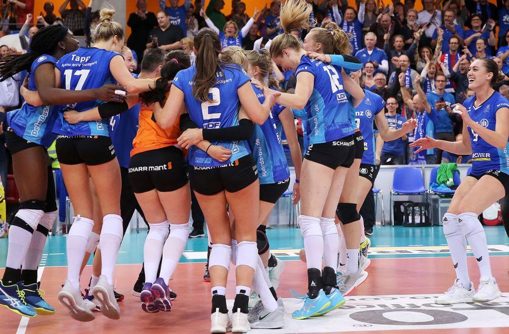 Starke Leistung, starkes Team: Die Volleyballerinnen von Allianz MTV Stuttgart haben gegen den SSC Schwerin eine überragende Finalserie gespielt – und sich erstmals den DM-Titel geholt. Foto: Baumann