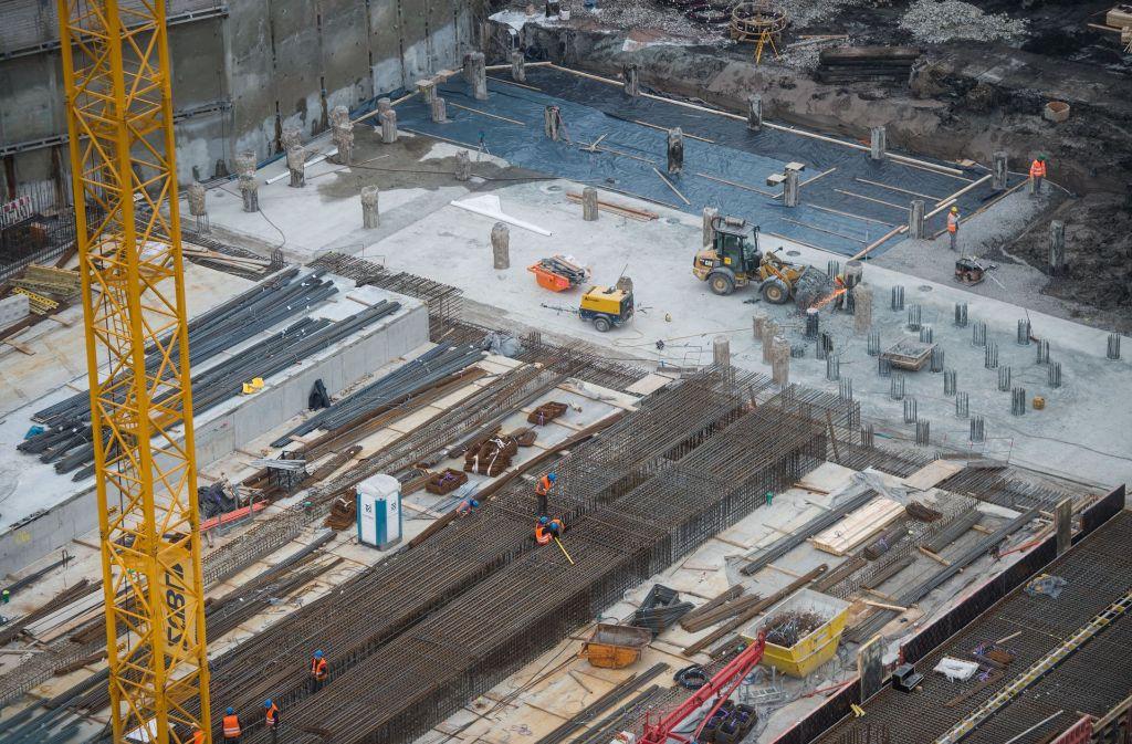 In der Baugrube im Schlossgarten wird an den Bahnsteigen für Stuttgart 21 gearbeitet. Wer für die Mehrkosten aufkommt, wird vor Gericht entschieden. Foto: dpa