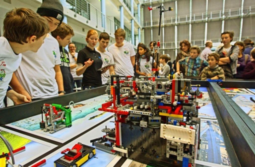 Innerhalb von zweieinhalb Minuten müssen die selbst gebauten Lego-Roboter knifflige Aufgaben bewältigen. Foto: Christian Hass