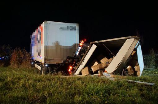 Lastwagen durchbricht Leitplanke –  Fahrer schwer verletzt