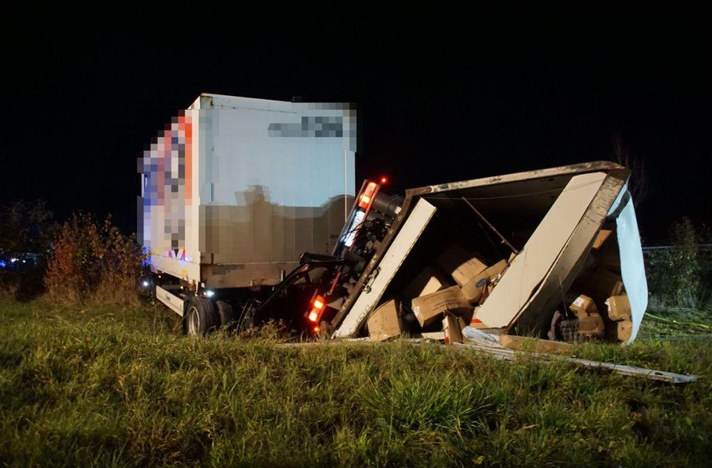 Der Fahrer kam mit seinem Lastwagen an einer Böschung zum Stehen. Foto: SDMG/SDMG / Dettenmeyer