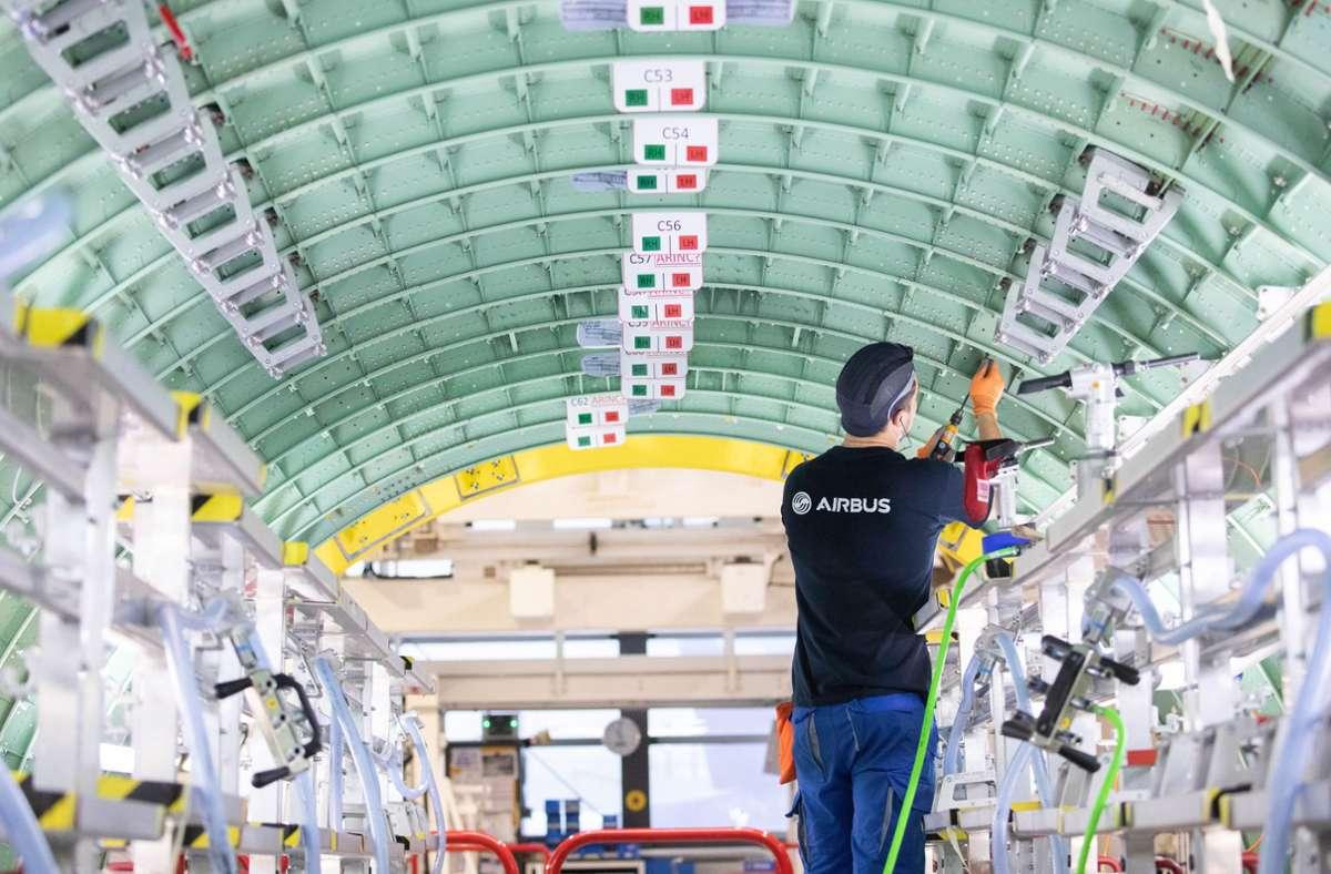 Airbus fährt die Produktion runter, das könnte viele Arbeitnehmer wie hier in  Finkenwerder treffen. Foto: dpa/Christian Charisius