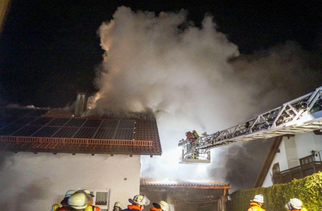 Ein Großbrand in Kaisersbach hat am Montagabend die Feuerwehr in Kaisersbach in Atem gehalten. Foto: SDMG