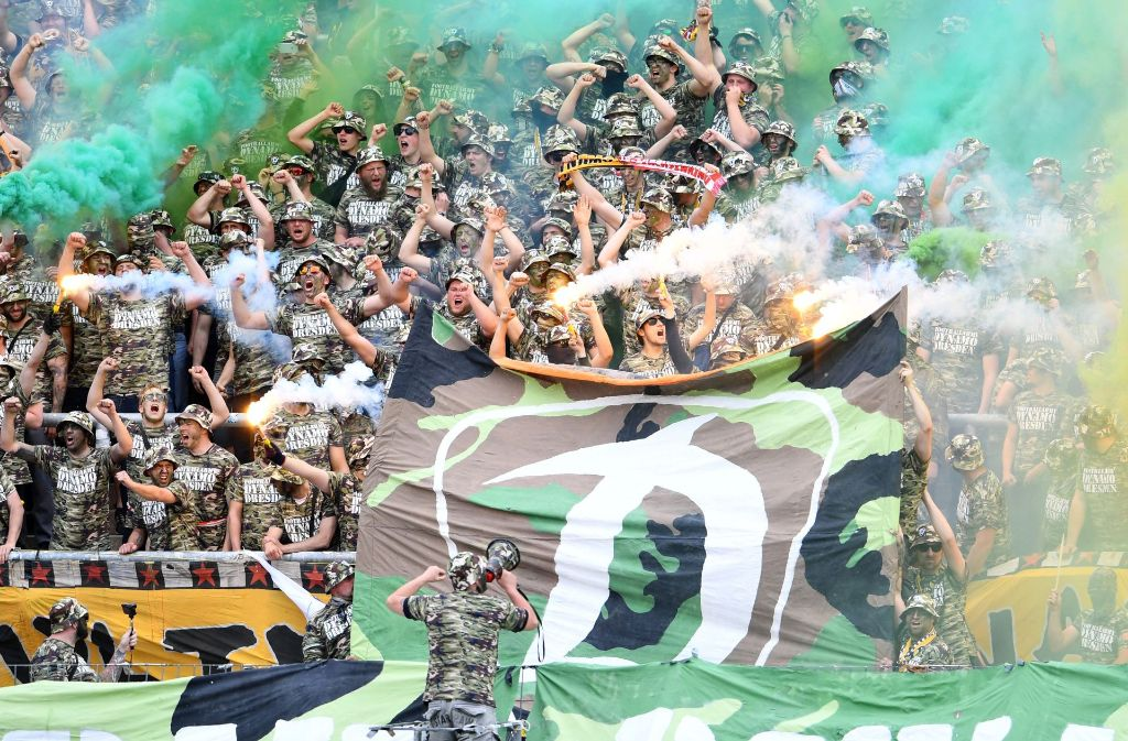 Der Fußball wird immer mehr zur Bühne von Ausschreitungen – wie hier beim Spiel Karlsruher SC gegen Dynamo Dresden Mitte Mai. Foto: dpa