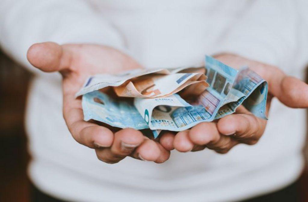Geld auf dem Präsentierteller? So einfach ist es beim Risikokapital in Baden-Württemberg nicht. Foto: Unsplash/Christian Dubovan/CC0