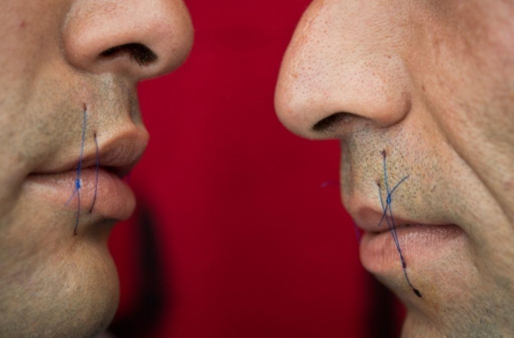 Die zugenähten Lippen von zwei Iranern im Würzburger Hungerstreik Foto: dpa