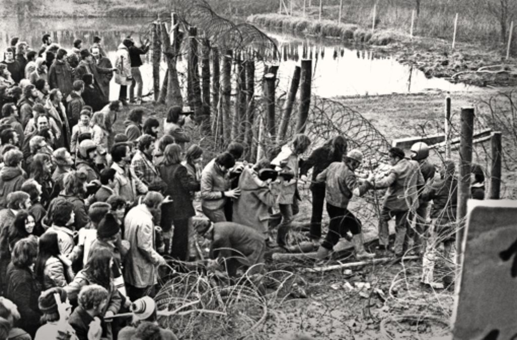 Am  23.Februar 1976  stürmen die Atomkraftgegner den Bauplatz. Foto: dpa