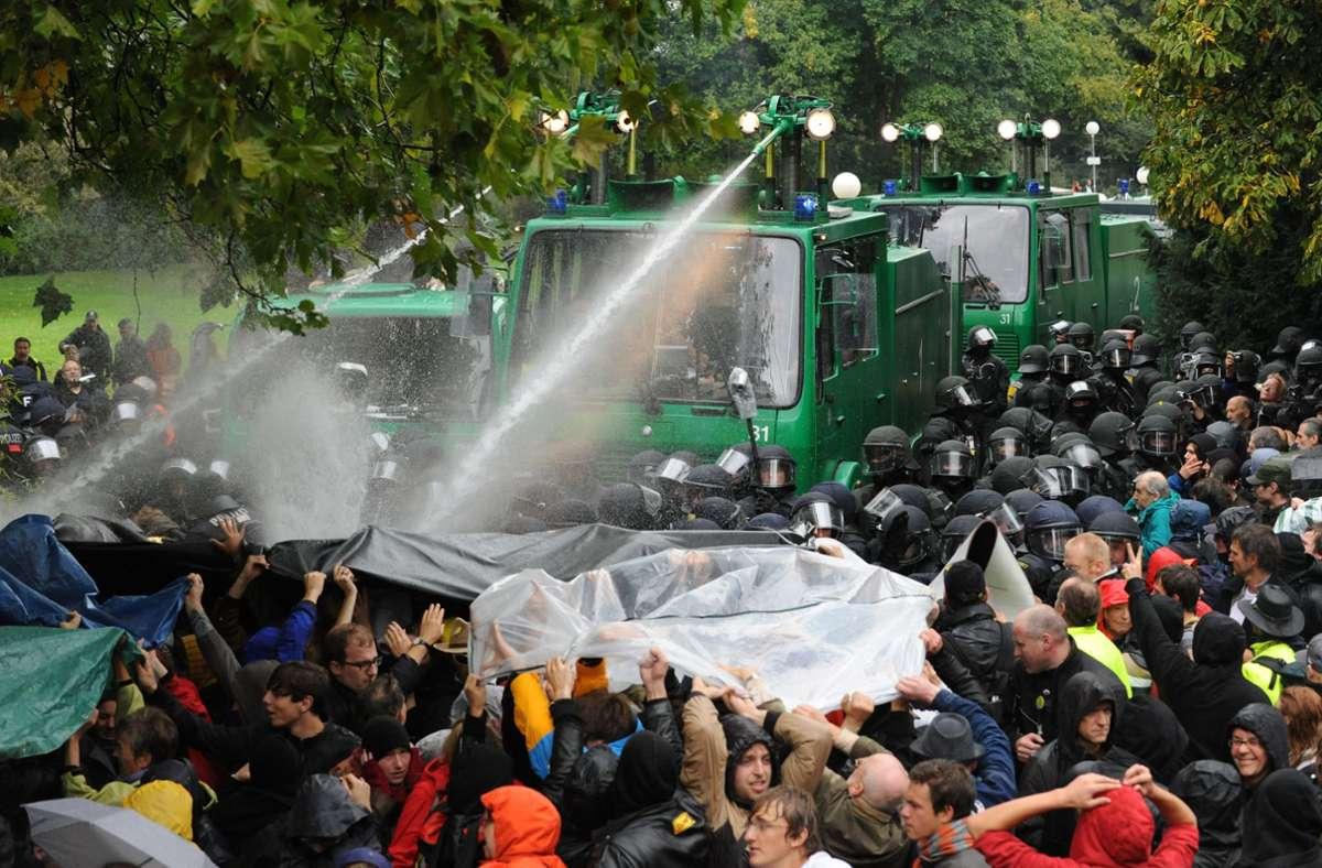 Ein Wasserwerfer spritzt im Schlossgarten in Stuttgart auf Demonstranten, die gegen die geplante Abholzung mehrerer Bäume im Park protestieren. Der Tag der Proteste ist als «Schwarzer Donnerstag» bekannt geworden. Foto: dpa/Marijan Murat