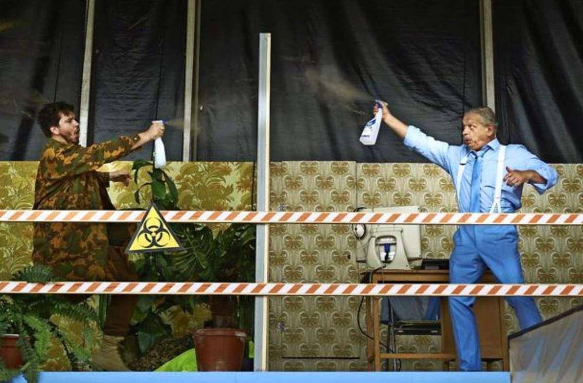 Die Angst vor dem Gegenüber: Papageno (Johannes Kammler, li.) und Monostatos  (Heinz Göhrig) attackieren sich  mit Desinfektionsspray. Foto: Matthias Baus/Matthias Baus