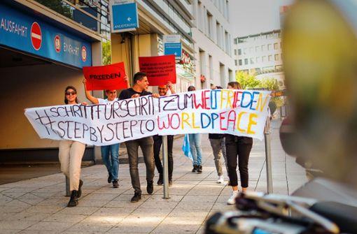 Junge Leute fordern Frieden