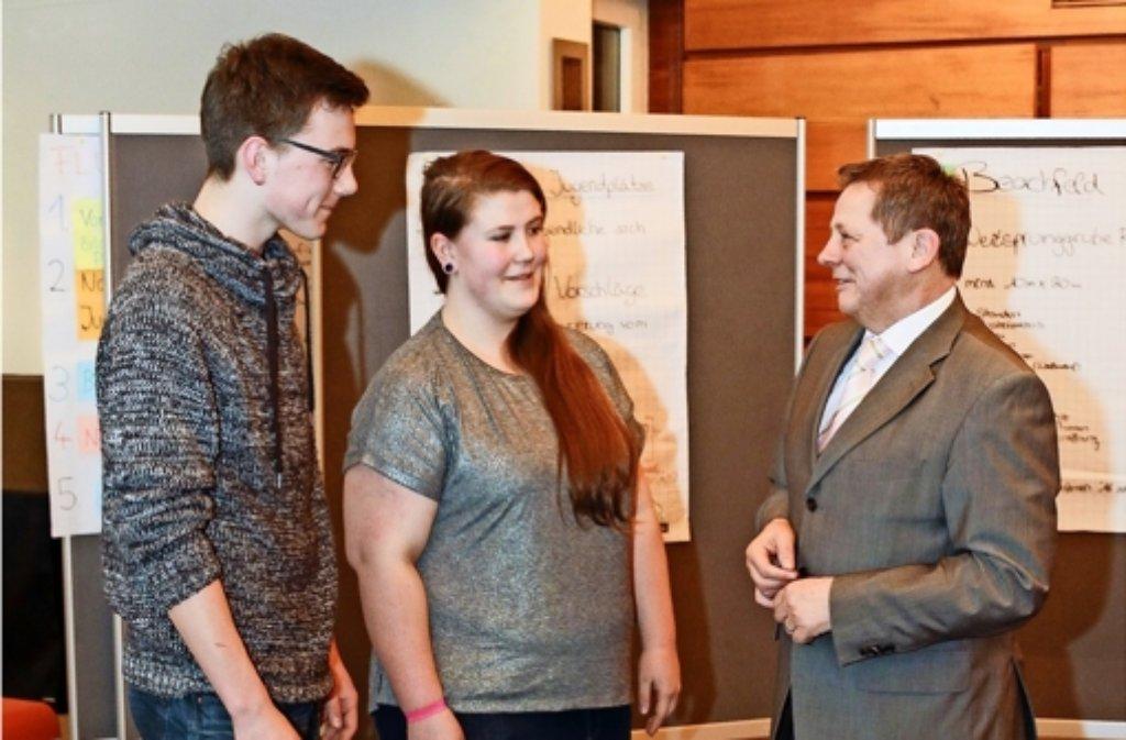 Der Bürgermeister Georg Brenner (rechts) gratuliert  dem Sprecher des Jugendgemeinderats, Steffen Laicher, und seiner Stellvertreterin Lilli Klein zur Wahl. Foto: factum/Bach