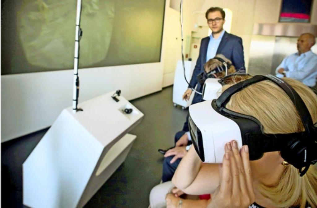 Die Bundestagsabgeordnete Karin Maag schaut durch die  3-D-Brille. Foto: Lg/Zweygarth