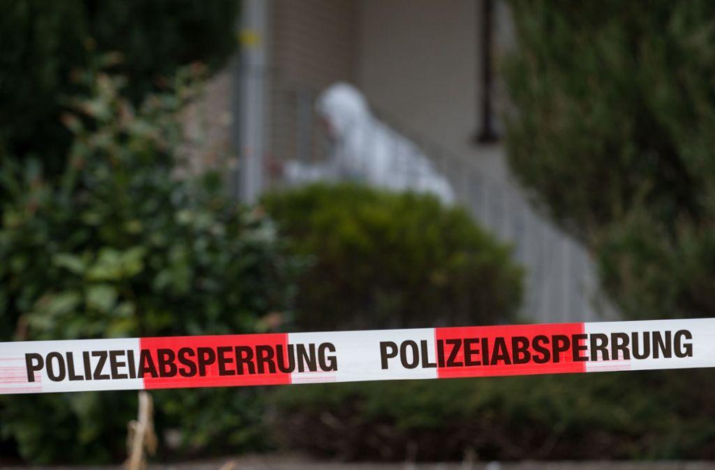 In Pfullendorf ist ein totes Ehepaar mit Schussverletzungen aufgefunden worden – die Polizei ermittelt. (Symbolbild) Foto: dpa/Friso Gentsch