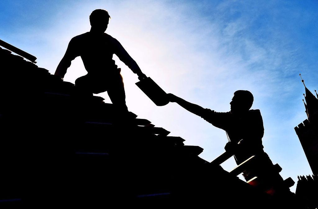 , Für Dachdecker sind die Prämien für eine Berufsunfähigkeitsversicherung in der Regel zu hoch. Das gilt auch für viele andere Handwerker. Foto: dpa
