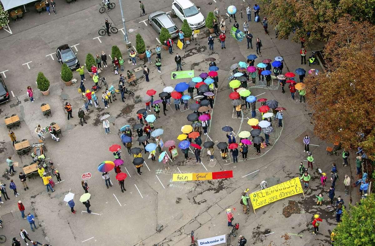"""Am Marktplatz formten die Demonstranten die Zahl """"1,5"""" und machten so auf die Klimakrise aufmerksam. Foto: Roberto Bulgrin"""