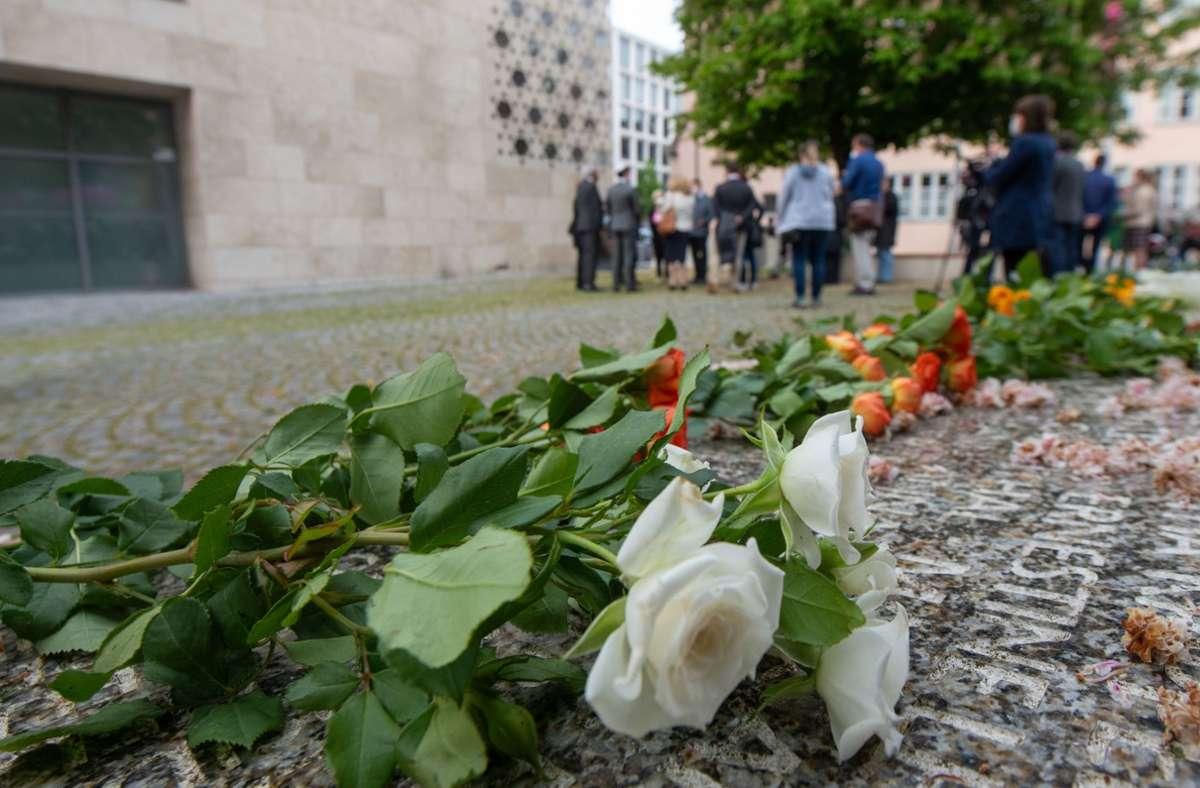 Vor der Synagoge in Ulm liegen am Holocaustdenkmal Blumen. Am Samstagmorgen kam es hier zu einem Brandanschlag. Foto: dpa/Stefan Puchner