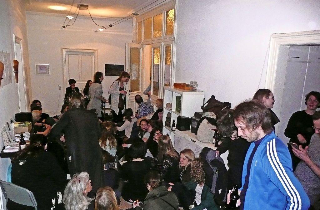 Die Autorin Juliana Kálnay signiert in der WG-Küche und ihre Zuhörer drängen sich im großen Korridor. Foto: Christoph Kutzer